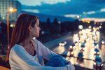 片思いを諦めるべきタイミングは? 報われない恋の行動パターン