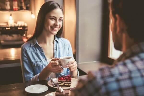 相席カフェってどんなところ? システムや男性の客層をご紹介!