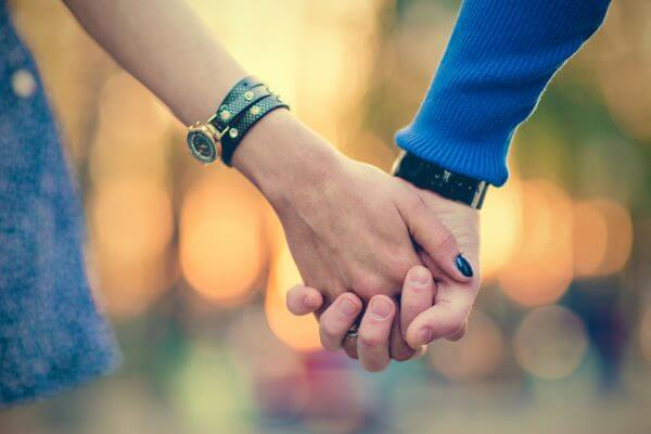えっ、何で!? 付き合っていないのに手を握る男性の心理とは?