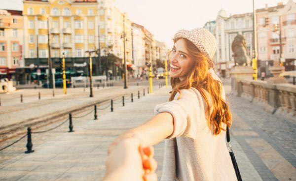 付き合う前のデートで手をつなぐ女の子はアリ? ナシ?