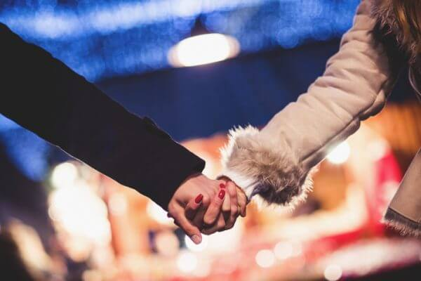 恋人つなぎをする男性の心理とは? 二人の関係によってどう変わる?