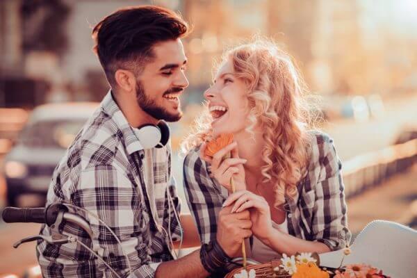 人に好かれるための方法12選! 人に好かれる話し方や顔の特徴について