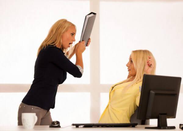 職場にいる怖〜いお局様の特徴とは? 上手な扱い方を教えよう!