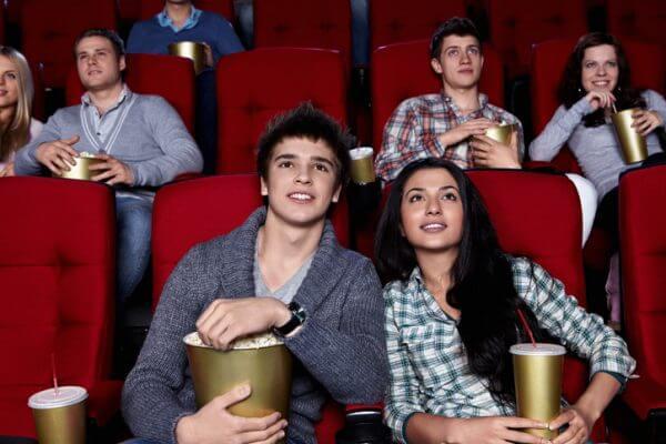 街コンで出会った男性と映画館デート! オススメのジャンルや気をつけたいポイントは?