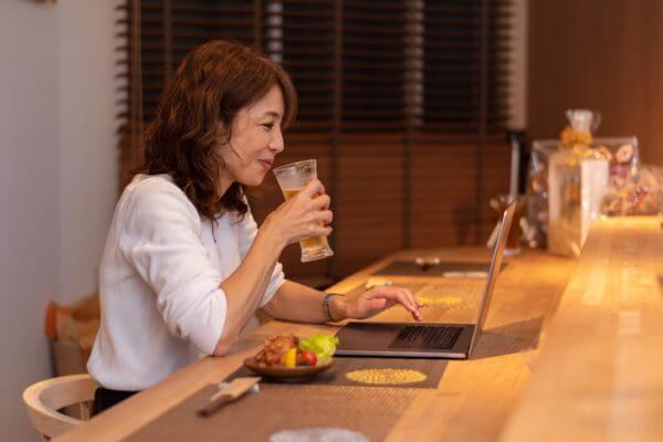 上司より先にログインして待機…… オンライン飲み会での暗黙の了解例6つ